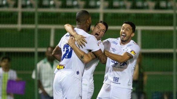 Dedé comemora o gol da Raposa | Foto: Agência Estado